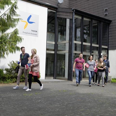 Studenten vor der Hochschule